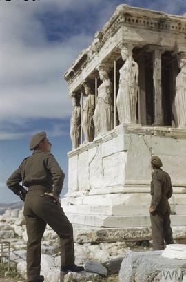 Des soldats britanniques admirent l'Érechthéion, sur l'Acropole d'Athènes, en octobre 1944. London, Imperial War Museum, nég. n°TR 2516. Photographe : Capitaine A. R. Tanner.
